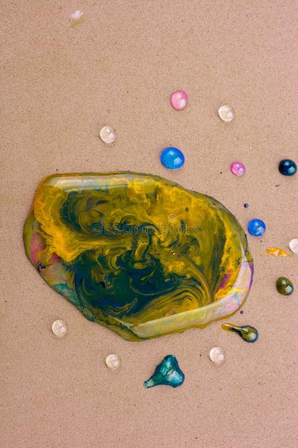 Fondo coperto di gocce di acqua variopinte in primo piano fotografia stock