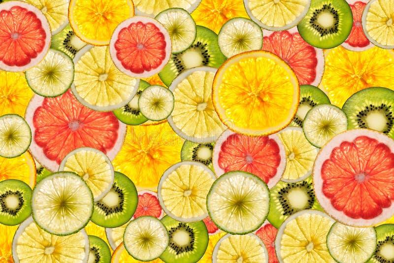 Fondo cortado colorido mezclado de las frutas detrás encendido imágenes de archivo libres de regalías