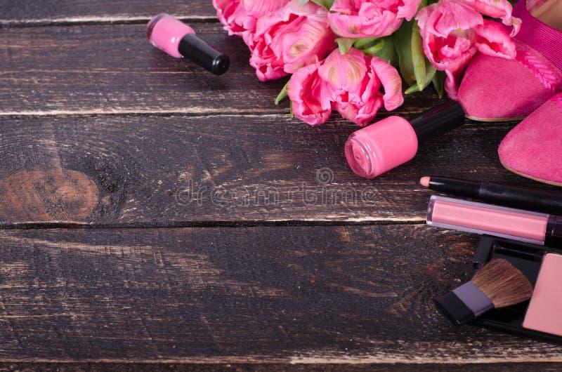 Fondo cosmético femenino Gastos indirectos de los objetos de las mujeres de la moda del esencial Visión superior fotos de archivo libres de regalías