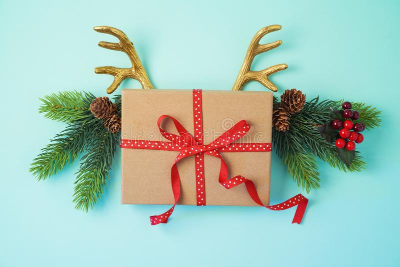 Fondo creativo de la Navidad con los cuernos de la caja y del reno de regalo imagen de archivo