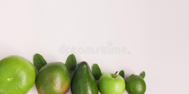 Fondo creativo de las frutas tropicales del diverso verano verde El concepto de la comida para la cena de la aptitud, planta basó imágenes de archivo libres de regalías