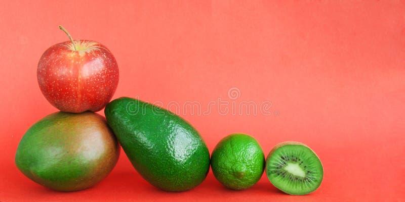 Fondo creativo dei frutti tropicali di varia estate verde Il concetto dell'alimento per la cena di forma fisica, pianta ha basato fotografia stock