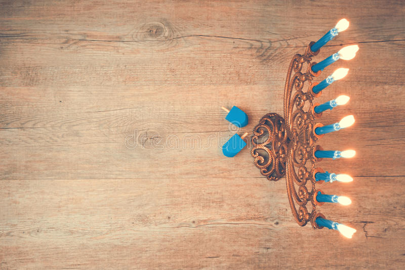 Fondo creativo di Chanukah di festa ebrea con menorah Vista da sopra con il fuoco su menorah Retro effetto del filtro immagini stock libere da diritti