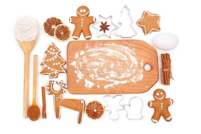 Fondo creativo di cottura di orario invernale Utensili ed ingredienti della cucina per i biscotti casalinghi del pan di zenzero d fotografia stock libera da diritti