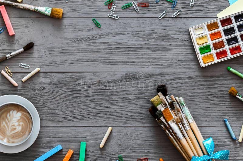 Fondo creativo sulla tavola di legno grigia, lezione del disegno, disposizione piana dei rifornimenti di arte immagini stock libere da diritti