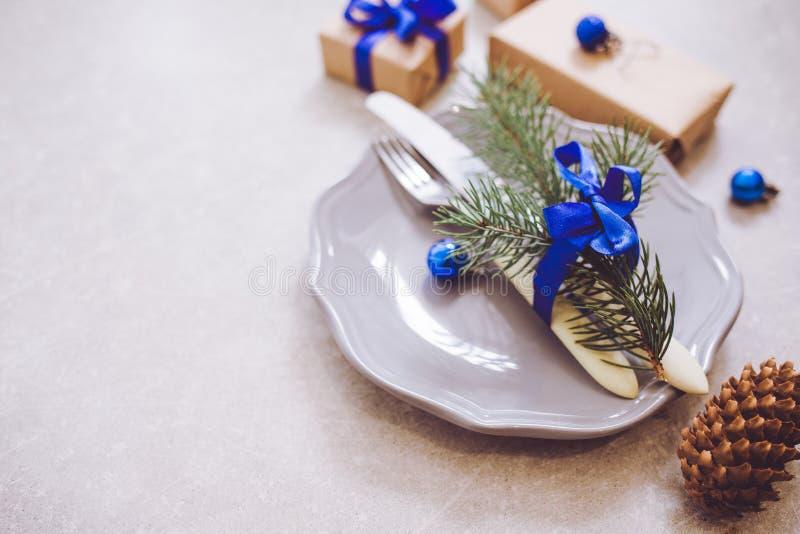 Fondo, cubiertos, placa y la Navidad de la comida de la Navidad del día de fiesta imagen de archivo libre de regalías