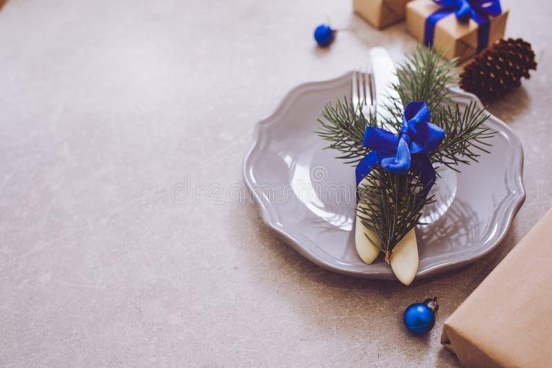 Fondo, cubiertos, placa y la Navidad de la comida de la Navidad del día de fiesta imagen de archivo
