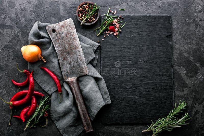 Fondo culinario con el tablero negro vacío de la pizarra imagen de archivo