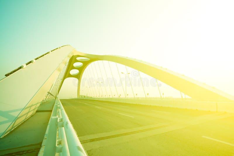 Fondo d'acciaio del ponte della strada principale moderna della città immagine stock