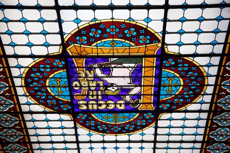 Fondo d'annata, bello soffitto di vetro colorato, vista costosa immagine stock libera da diritti