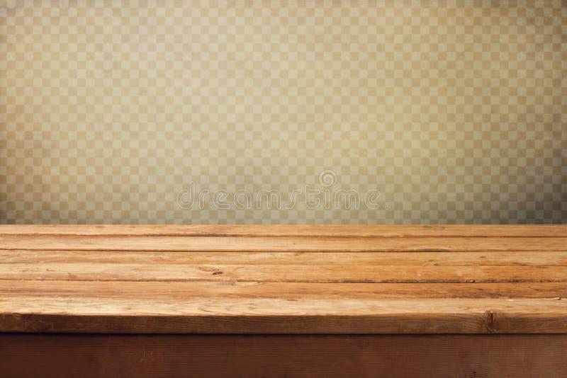 Fondo d'annata con la tavola di legno della piattaforma sopra la carta da parati di lerciume con i quadrati immagini stock
