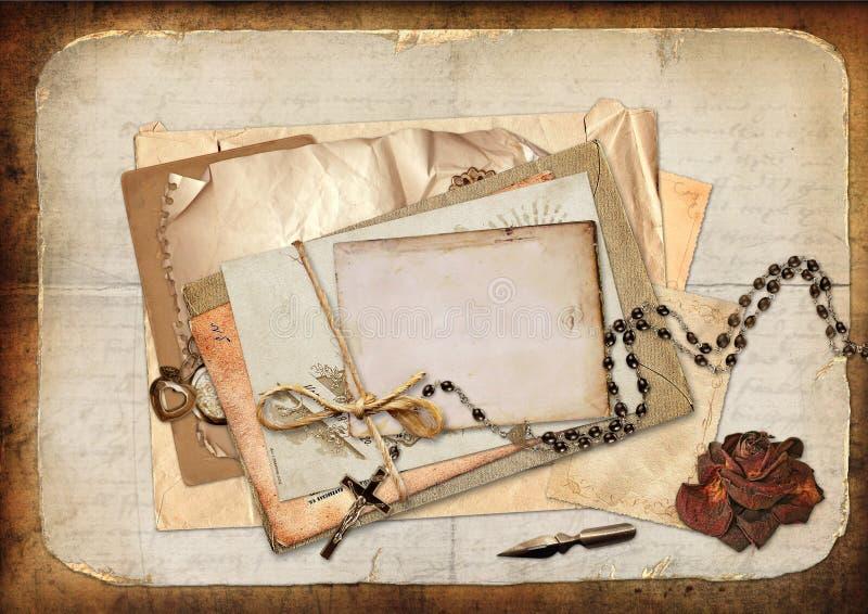 Fondo d'annata con le carte, le rose e le lettere illustrazione di stock