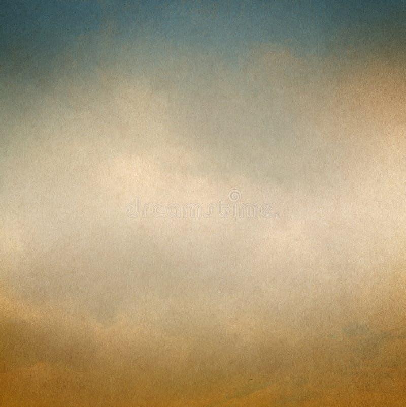 Fondo d'annata con le nuvole e la struttura di carta fotografie stock libere da diritti