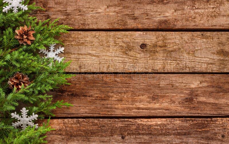 Fondo d'annata di natale - il vecchi legno e pino si ramificano fotografia stock