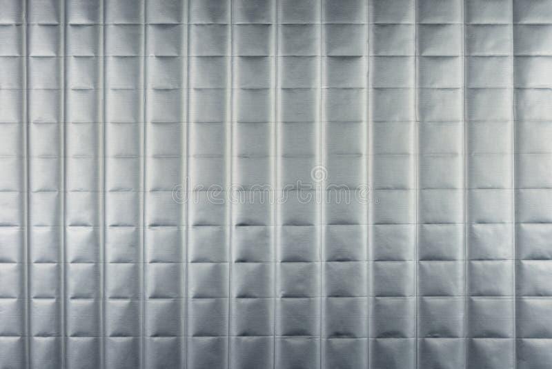 Fondo d'argento astratto con le linee orizzontali e verticali, accese con una luce morbida immagini stock