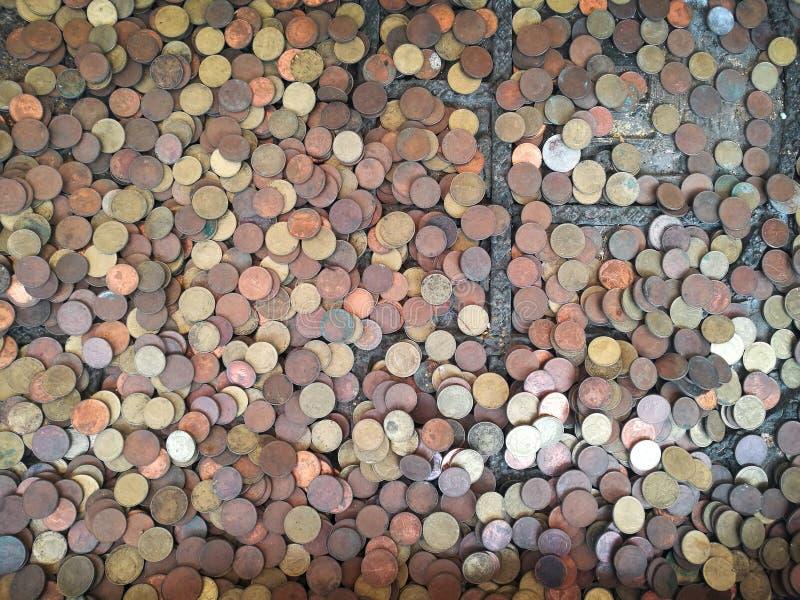 Fondo d'argento del tesoro della moneta di rame del vecchio oro fotografia stock libera da diritti
