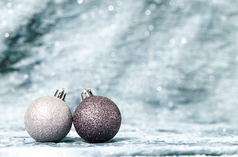 Fondo d'argento di Natale con gli ornamenti d'argento immagine stock libera da diritti