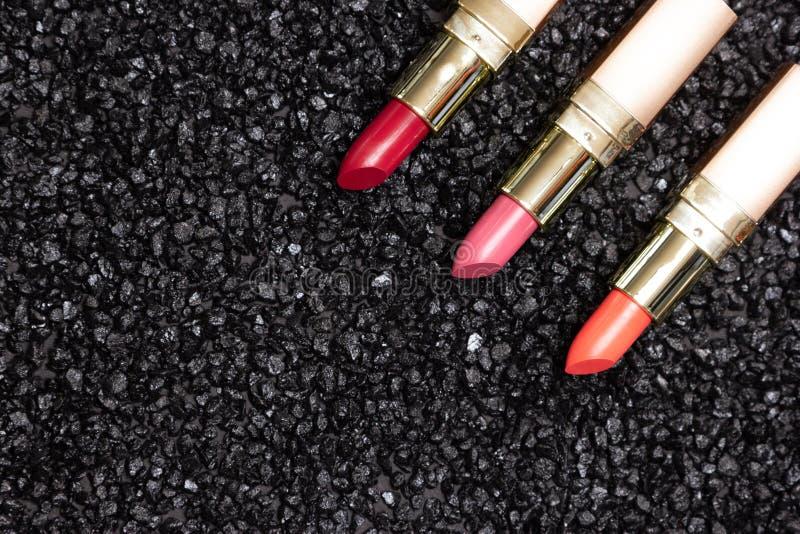 Fondo d'avanguardia di trucco del labbro - rossetto sulla superficie dell'antracite fotografia stock libera da diritti
