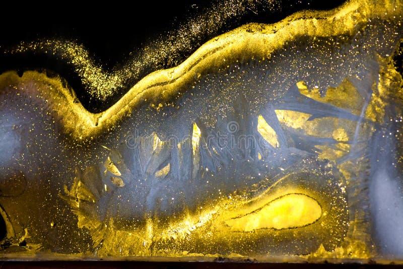 Fondo da un modello gelido brillante su vetro alla notte immagini stock