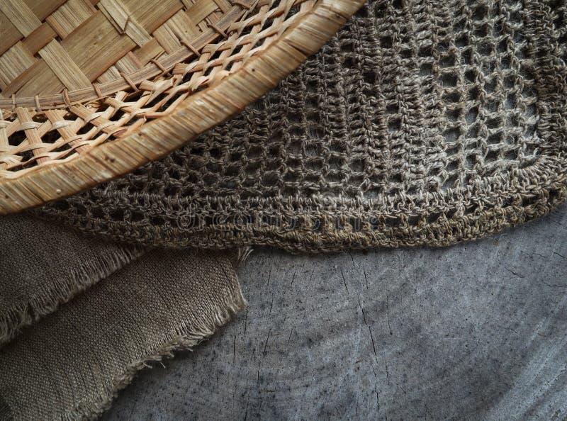 Fondo dalla sezione trasversale del tronco di albero, dei tovaglioli di tela naturali e di un canestro della paglia immagine stock libera da diritti