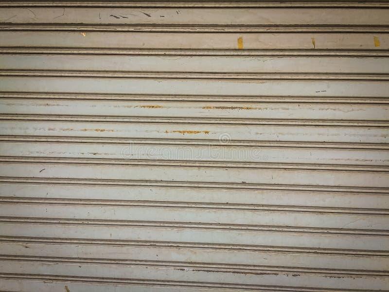Fondo de acero sucio de la puerta del obturador del rodillo Garaje o fábrica s fotografía de archivo