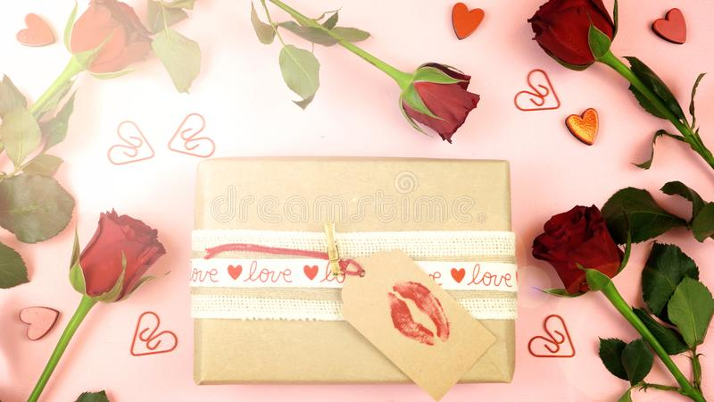 Fondo de arriba feliz del día de tarjeta del día de San Valentín con la llamarada de la lente fotos de archivo
