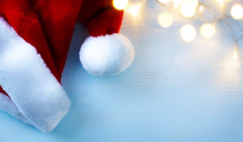 Fondo de Art Christmas con los sombreros y la Navidad tr de Santa Claus fotos de archivo