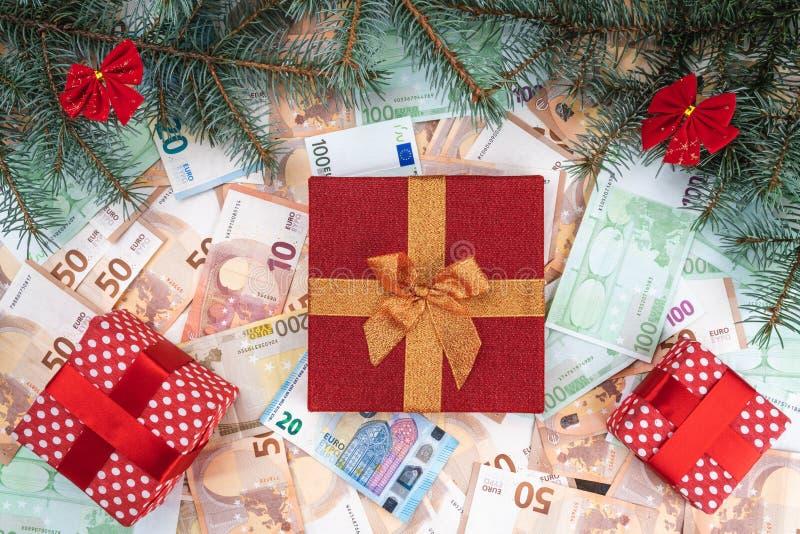 Fondo de billetes de banco de diverso valor Muchos regalos, ramas del abeto, atmósfera de la Navidad Visión superior Tarjeta de N imagen de archivo
