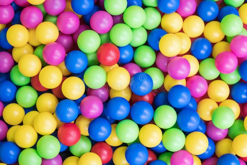 Fondo de bolas plásticas multicoloras fotos de archivo