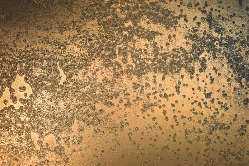 Fondo de bronce con las cáscaras y las úlceras Superficie manchada fotos de archivo