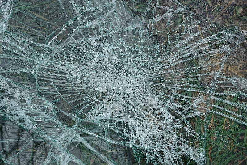 Fondo de cristal con las grietas sobre el vidrio quebrado imagen de archivo libre de regalías
