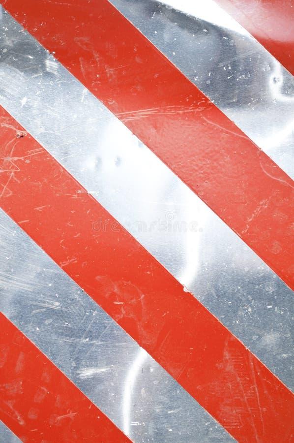 Fondo de cuidado de plata del Grunge con las rayas rojas fotografía de archivo