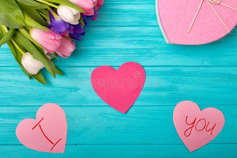 Fondo de día de San Valentín con el ramo de tulipanes, una postal con una confesión del amor foto de archivo