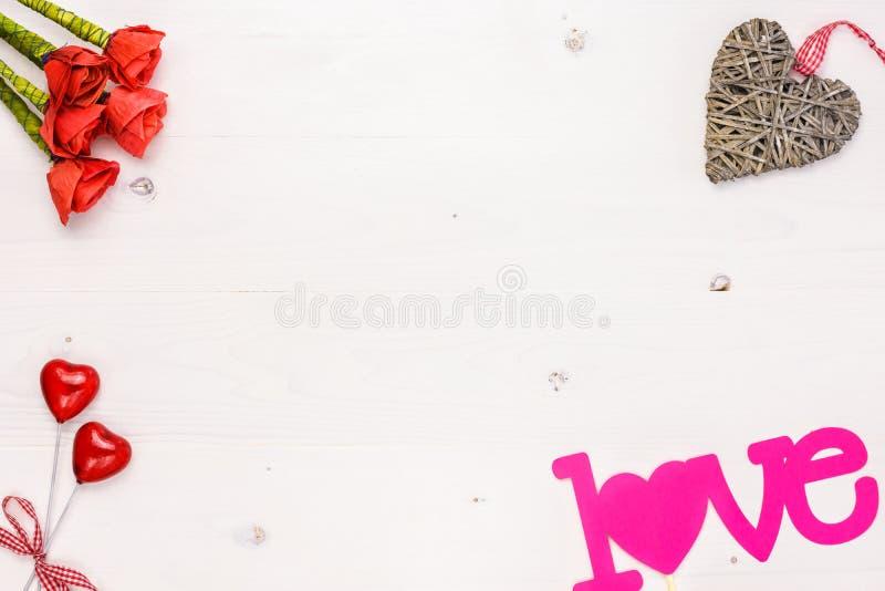Fondo de día de San Valentín con la decoración en el tablero de madera blanco fotografía de archivo libre de regalías