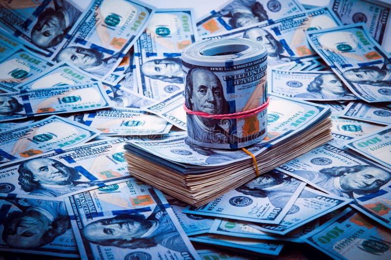 Fondo de dólares Las notas de cientos dólares americanos se dispersan a través del fondo imagenes de archivo