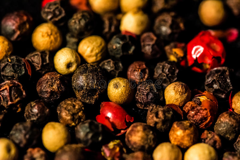 Fondo de diversas variedades de pimientas imagen de archivo