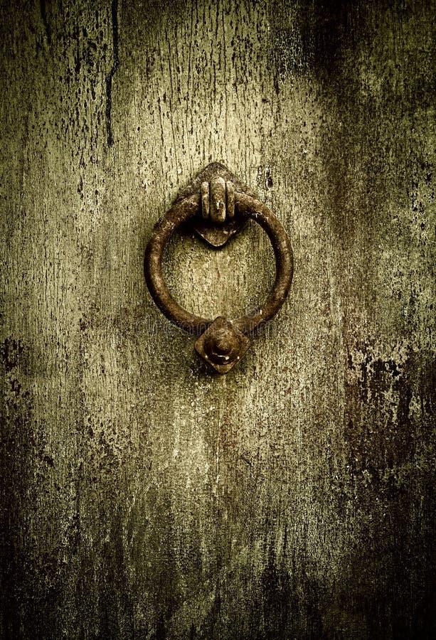 Fondo de Grunge - golpeador de puerta antiguo oxidado imagen de archivo