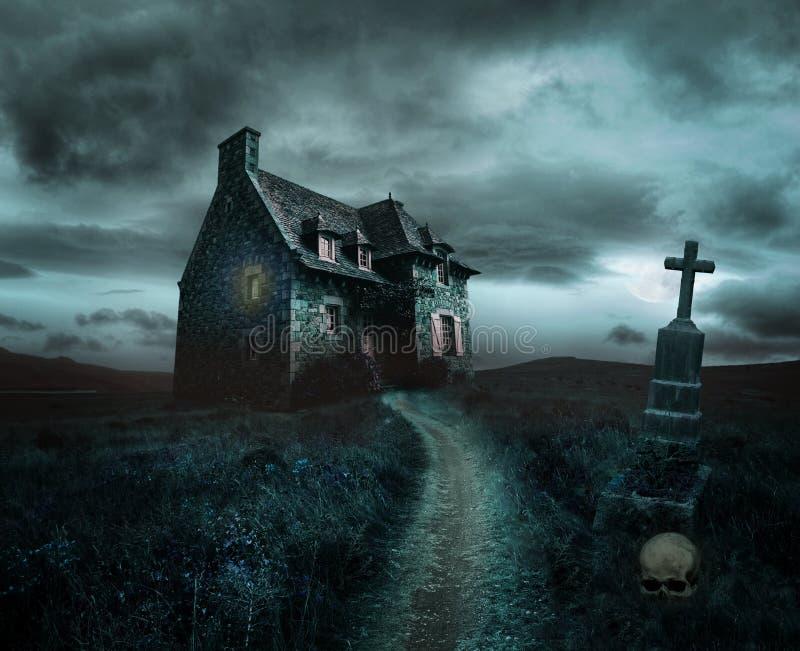 Fondo de Halloween con la casa vieja imagenes de archivo