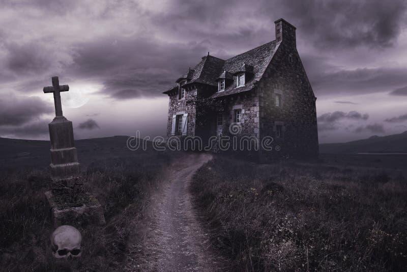 Fondo de Halloween con la casa vieja fotos de archivo