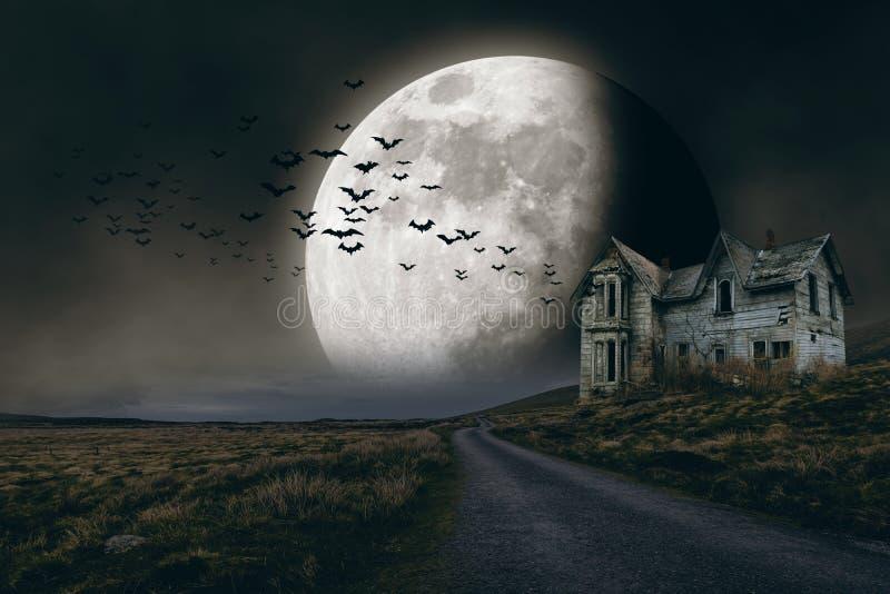 Fondo de Halloween con la Luna Llena y la casa espeluznante fotografía de archivo