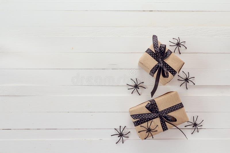 Fondo de Halloween con las cajas de regalos y las arañas decorativas encendido fotografía de archivo