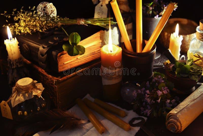 Fondo de Halloween con las velas y los objetos de la magia foto de archivo libre de regalías
