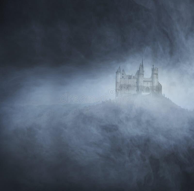 Fondo de Halloween con un castillo fantasmagórico en la montaña fotos de archivo