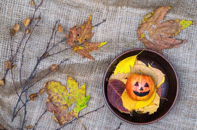 Fondo de Halloween: seque las hojas, placa de la arcilla en el paño de la arpillera foto de archivo libre de regalías