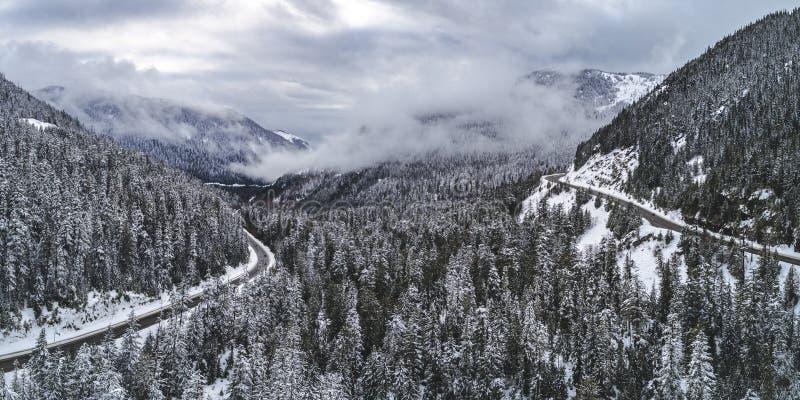 Fondo de la antena Nevado de la carretera de la montaña de la aventura del desierto imagen de archivo libre de regalías