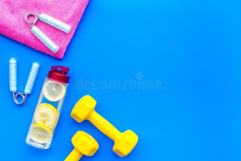 Fondo de la aptitud con el equipo de deporte para el gimnasio y hogar en copyspace azul de la opinión superior del fondo fotografía de archivo libre de regalías