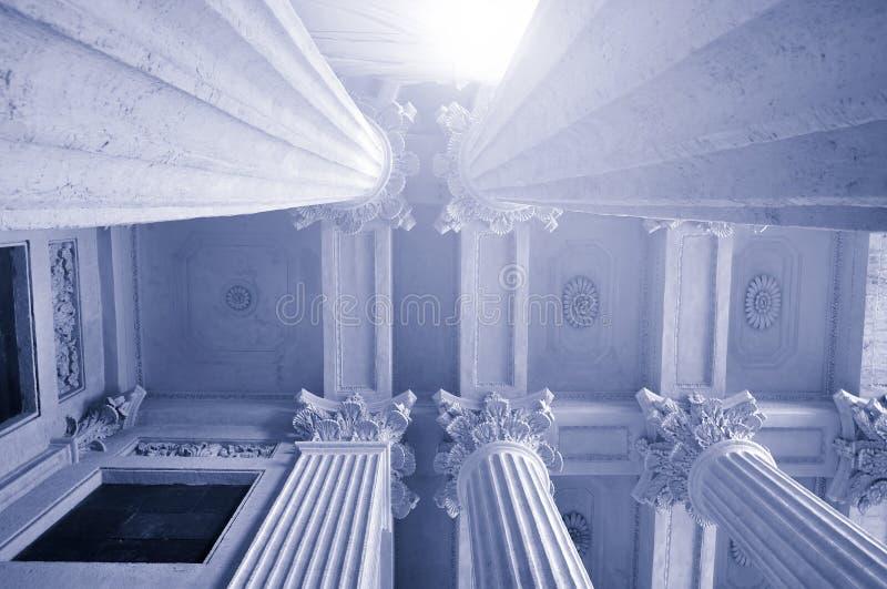 Fondo de la arquitectura - tops de la columnata y el techo ornanental de la catedral famosa de Kazán, St Petersburg, Rusia fotografía de archivo