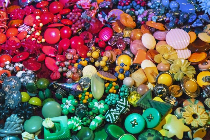 Fondo de la bisutería de diversos colores foto de archivo libre de regalías