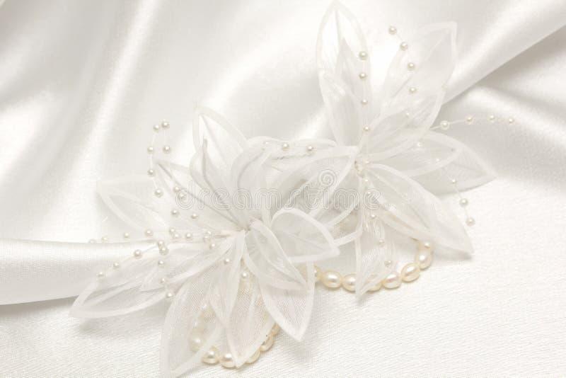 Fondo de la boda de la materia textil con las perlas imagen de archivo