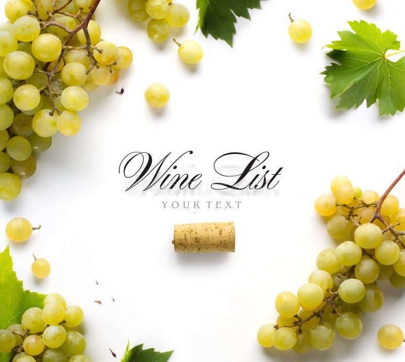 Fondo de la carta de vinos del arte; uvas blancas y hoja dulces fotos de archivo libres de regalías
